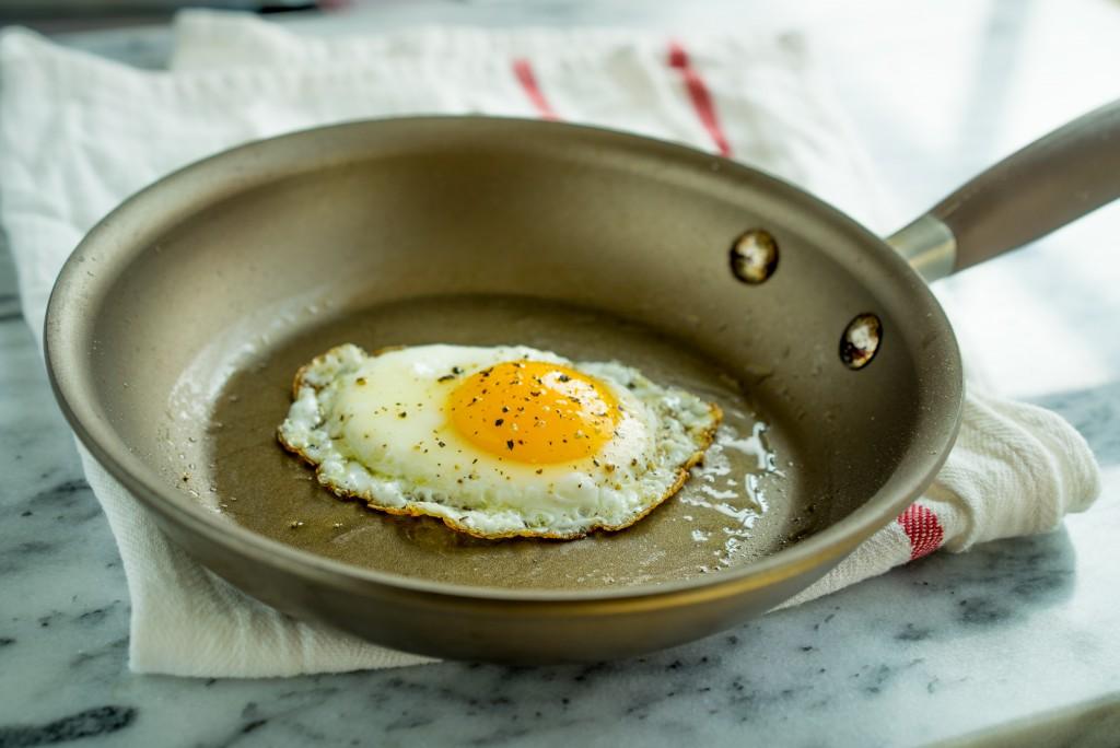 nonstick-skillet-egg
